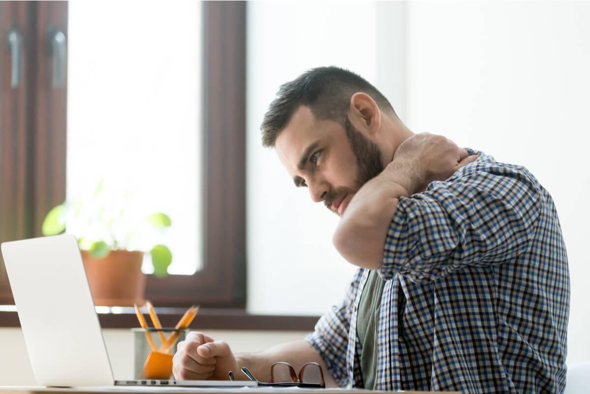 ¿Cómo calmar el dolor de cuello y hombros? - Consulta..